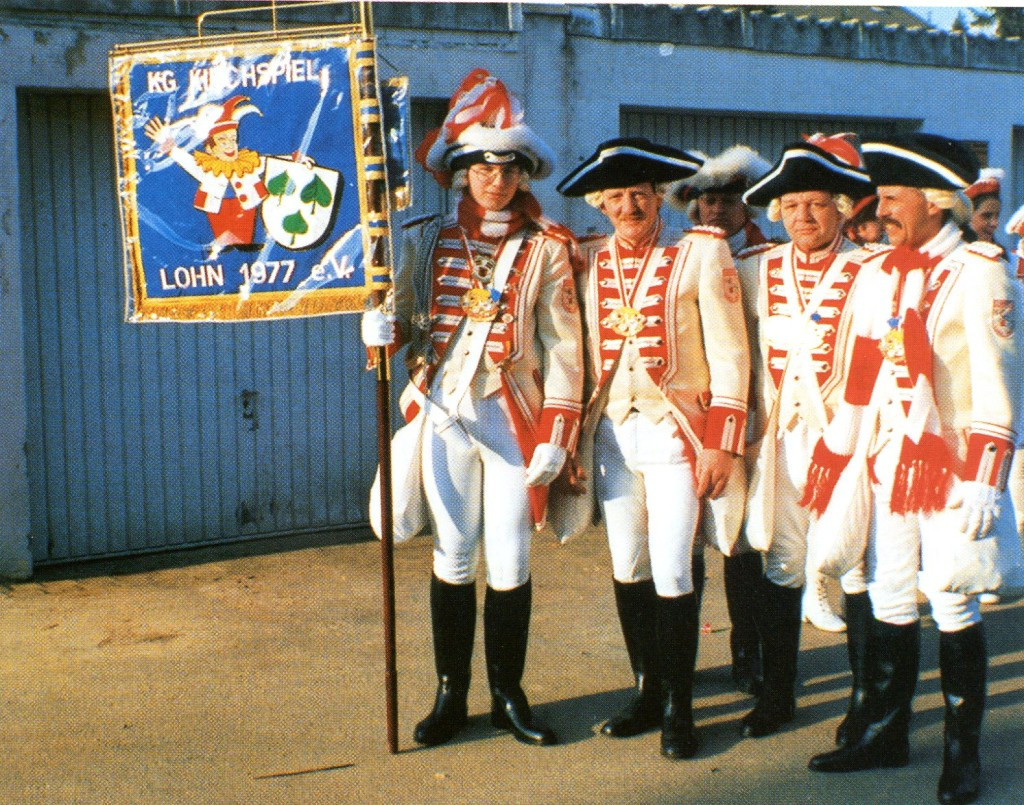 Obwohl die anfangs noch belächelt wurden, ließen sich Standartenträger Dirk Willermann, Egon Meyer, Hans-Dieter Börner und Kommandant Hans-Peter Boßer (v. l.) nicht unterkriegen. Mit dem Ergebnis, dass die Lohner Garde bald 53 Uniformierte zählen.